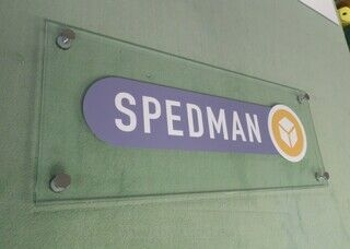 Logoga fassaadisilt - Spedman