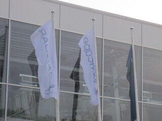Nelikulmaiset liput logolla