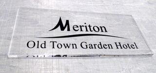 Pleksiklaasist fassaadisilt, Meriton Hotell